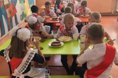 Первый-завтрак-в-школьной-столовой